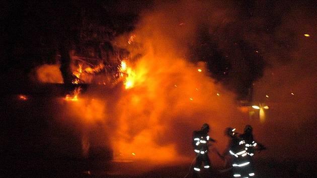 Požár strážního domku v obci Mírová.