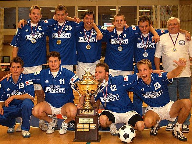 Po skončení finále nohejbalové extraligy se karlovarskou halou prohnalo mdřické peklo, které oslavovalo zisk mistrovského titulu.