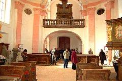 PŘIŠLI SI PROHLÉDNOUT NOVINKY. Na slavnostním otevření kostela Nejsvětější Trojice ve Valči se sešlo dost lidí. Ti opravený kostel obdivovali.