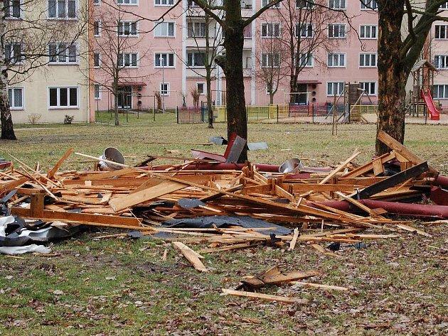 V Nejdku vichřice sfoukla střechu z panelového domu.