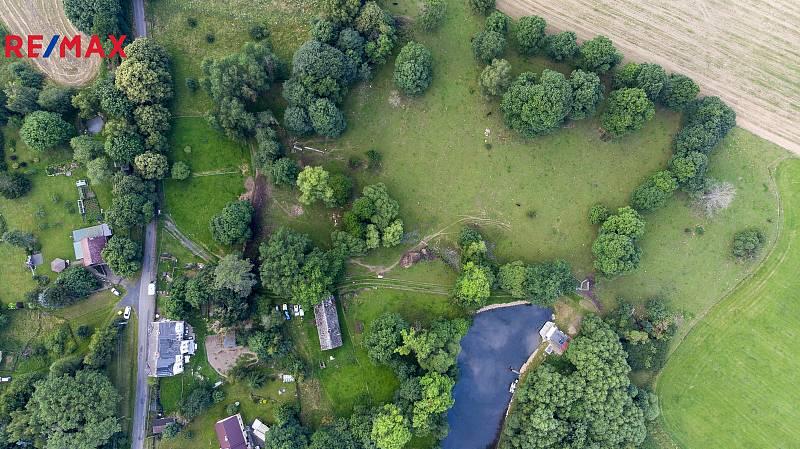Zemědělská usedlost v Osvinově nadchne asi především melancholické duše, které touží po kousku historie, ale i klidu a kontaktu s přírodou a venkovem