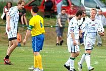 Hokejistům karlovarské Energie (v bílé) není fotbalový míč vůbec cizí, o tom se přesvědčili hráči hroznětínské Olympie.