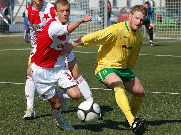 Ani ve třetím domácím utkání jarní části ČFL neodešli fotbalisté karlovarského 1.FC poraženi. Tentokrát na drahovické umělce pokořili rezervu pražské Slavie v poměru 2:1.