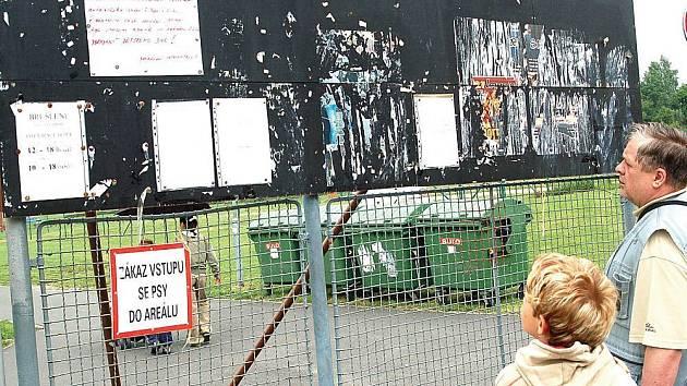 Malý plakátek informuje rozzlobené lidi o zrušení Dětského dne.