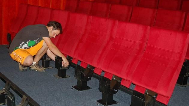 Další z projekčních sálů v Thermale má nová sedadla.