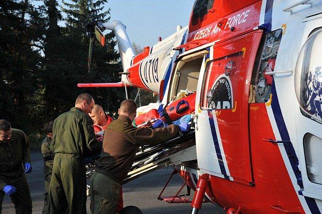 Muže, kterého ve středu 20. dubna v Mariánských Lázních těžce popálil elektrický proud, transportoval do nemocnice vrtulník.