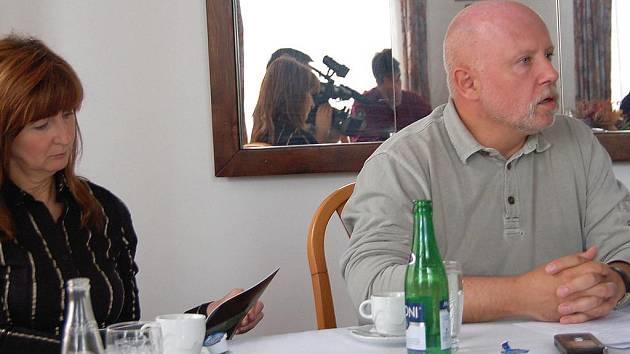 Poslanec Miloš Patera na tiskové konferenci představil další postup prací na výstavbě rychlostní silnice R6.