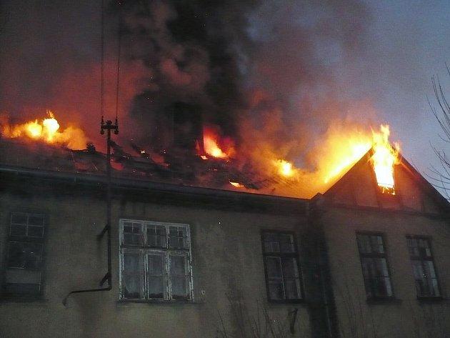 V Nejdku vyhořel obytný dům. Hasiči museli z hořící budovy evakuovat pětadvacet lidí. Nikdo naštěstí nebyl zraněn.