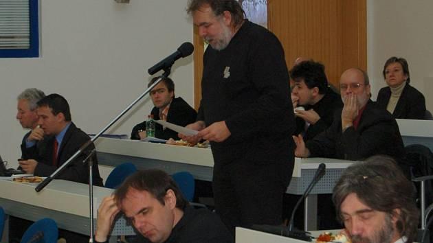 Zastupitel Jaroslav Růžička (na snímku u mikrofonu) si stěžoval, že k dodatku smlouvy na čerpání stamilionového úvěru měl v materiálech pouze jednu větu.