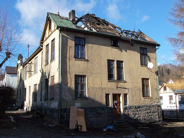 VYHOŘELÁ BUDOVA. Evakuovaní lidé z vyhořelé budovy v Rooseveltově ulici zatím bydlí v bývalém domově dětí a mládeže. Zde by měli bydlet do 16. února.