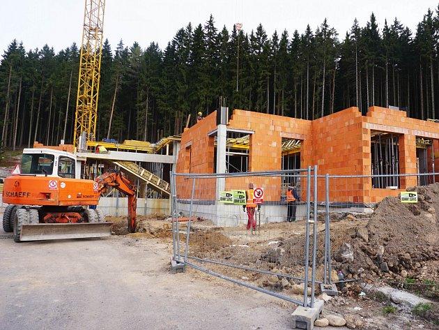 Stavba budovy hospice v Nejdku na Karlovarsku.