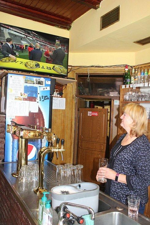 Štamgasti se těšili na pivo i kamarády z Černé Plzně, odpoledne tu bude i hokej.