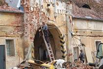 Zdevastovaný zámek se pomalu navrací k původní podobě