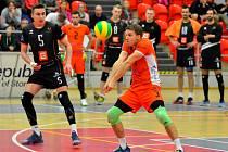 Karlovarsko bude o víkendu spoléhat v souboji s Ostravou na bezchybný výkon svého libera Daniela Pfeffera (u míče), který patří na své pozici k nejlepším v UNIQA extralize.