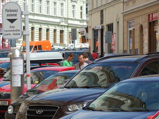 Parkovací domy měly vyřešit problémy s parkováním, leč nevyřešily.