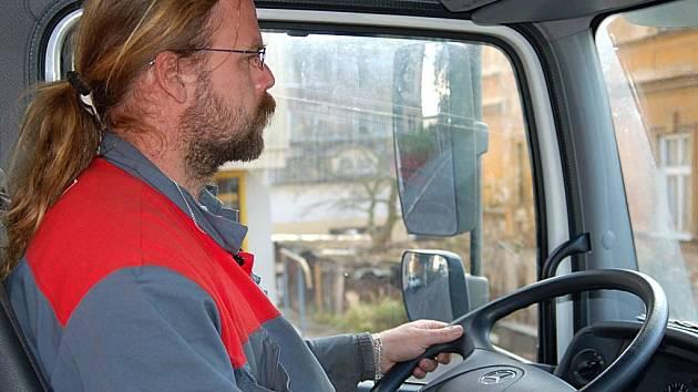 Josef Homolka se karlovarskými uličkami proplétá za volantem úklidového mercedesu.