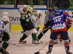 """Hokejisté Gazpromu Orenburg (v tmavém) si s mužstvem Karlových Varů už jednou zahráli a ze staré """"plechárny"""" si odvezli porážku 3:0."""