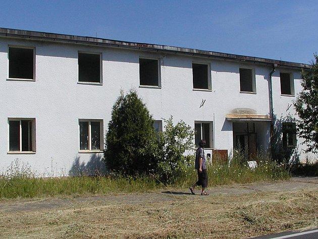 Opuštěná budova se často stávala místem lákajícím nejrůznější vandaly a podobné lidi. Postupně by se měla změnit v bytový dům.