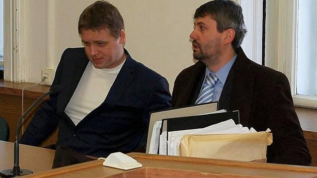 Projednávání případu bývalého komisaře karlovarské cizinecké policie Pavla Kábrta doznalo dalšího zdržení.