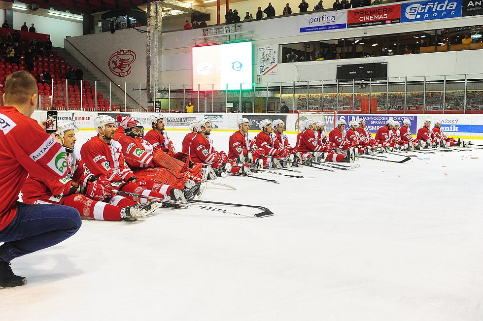 Hokejové utkání WSM Ligy - play off mezi celky HC Slavia Praha a  HC Energie Karlovy Vary 18. března v Praze. Loučení hráčů Slavie s fanoušky.
