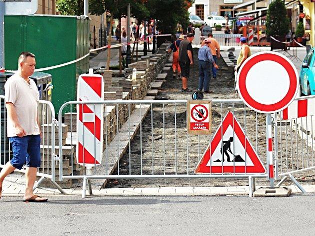 Část rozkopané pěší zóny v Karlových Varech. V Zeyerově ulici dělníci opravují dlažbu.