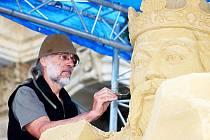Sochař Tomáš Bosambo se po roce vrací do Karlových Varů a opět tady bude tvořit monumentální dílo z písku.