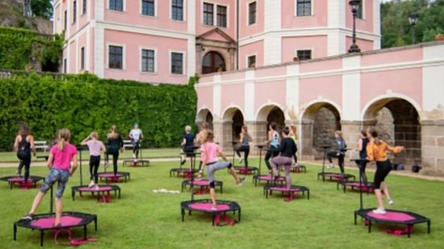 Spolek Move Your Self pořádá o víkendu na bečovském zámku program na terasách, ve kterém se vystřídají lekce yogy, step aerobicu, jumping fitness a kruhové tréninky.