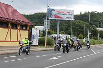 Karlovarští motorkáři vyjeli v sobotu od centra Varyáda vzdát hold jejich kamarádovi Vladimíru Böhmovi, který zemřel 15. srpna po těžké nemoci.