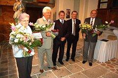 Titul Občan města roku 2010 předal ostrovský starosta Pavel Čekan Libuši Půdové, Jiřímu Šmídovi a Janu Marešovi. Tomu přišli pogratulovat i jeho kolegové z ostrovského ochotnického divadelního souboru.