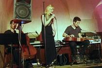 Minimalisticko popová skupina Carolin No zahraje v Lokti.