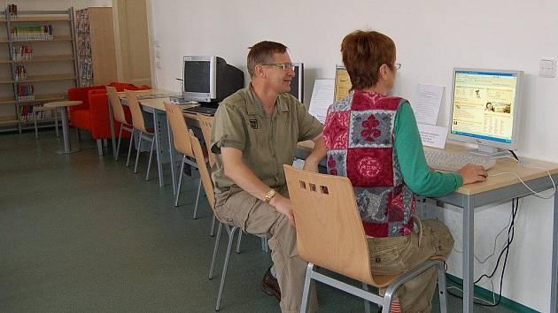 Knihovna v Chebu uspořádala další internetový kurz. Jak konstatovala vedoucí knihovny Marie Mudrová, lidé ztrácejí zájem o obecné přednášky, přicházejí s tím, v čem by se konkrétně potřebovali naučit pracovat. Školitelem byl Jiří Meissel (na snímku).