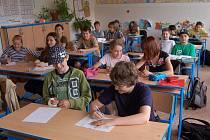 Stávka je minula. Přestože na Prvním českém gymnáziu velká část učitelů stávkovala, v některých třídách se normálně učilo. Na snímku žáci z primy B.