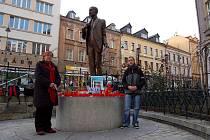 ŘEDITELKA ZÁKLADNÍ ŠKOLY JITKA RUDOLFOVÁ (na snímku vlevo) se rozhodla uctít památku exprezidenta Václava Havla i v Karlových Varech.