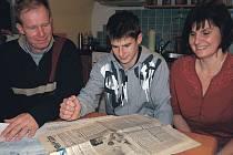 Dnes s rodinou. Červenkovi mají dodnes schované Karlovarské noviny, které v roce 1996 informovaly o narození malého Ondřeje.