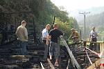 Vyšetřovatelé na místě. Hasiči i policisté zjišťovali příčiny požáru a odebrali vzorky na expertízu.