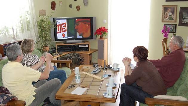 Fandili Bauerovi jako o život. Jiří a Jitka Peřina s Helenou a Janem Tichých seděli déle než čtyřicet minut jako přibití před televizní obrazovkou.