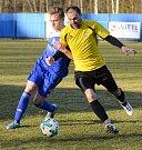 Druhý tým krajského přeboru mužů z Lomnice (v pruhovaném), bral na půdě Nejdku (v modrém) dva body, když po nerozhodném výsledku, uspěl v penaltovém rozstřelu.
