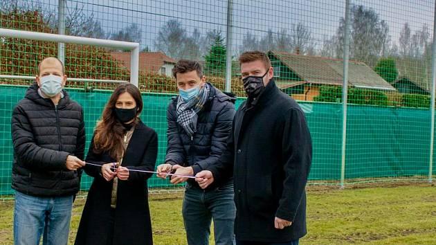 FOTBALOVÝ AREÁL KSNP Sedlec dostává postupně nový kabát. S přispěním Nadace Karlovy Vary došlo i na výměnu starých fotbalových branek za moderní, bezpečné branky.
