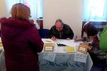 V Perninku se volilo jak na běžícím páse. Hlasovací lístky do urny házeli jak místní, tak i na voličské průkazy.