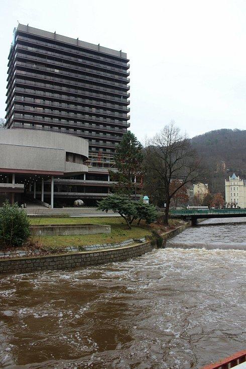 Na řece Teplá už není žádný povodňový stupeň, kulminovala ve čtvrtek odpoledne. Voda stále ale olizuje okraje koryta