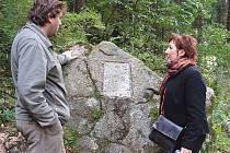 Jiří Šindelář, iniciátor obnovy bečovské botanické zahrady, a starostka města Olga Hanáková u památníku zahradníka Jana Kotýnka.