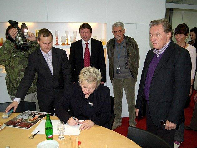 Návštěva Karla Gotta a Evy Urbanové odpoledne před jejich koncertem v KV Areně na karlovarském magistrátu