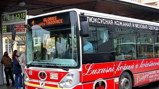 Azbuka na každém kroku. Inzeráty v ruštině se v Karlových Varech neobjevují už jen pod nabídkami na prodej bytů, ale dokonce i na městských autobusech.