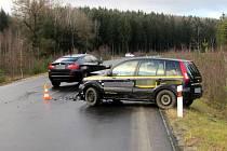 ČELNÍ STŘET dvou vozidel dopadl relativně dobře. Na poničených autech je sice škoda 290 tisíc, při nehodě ovšem nikdo neutrpěl zranění.