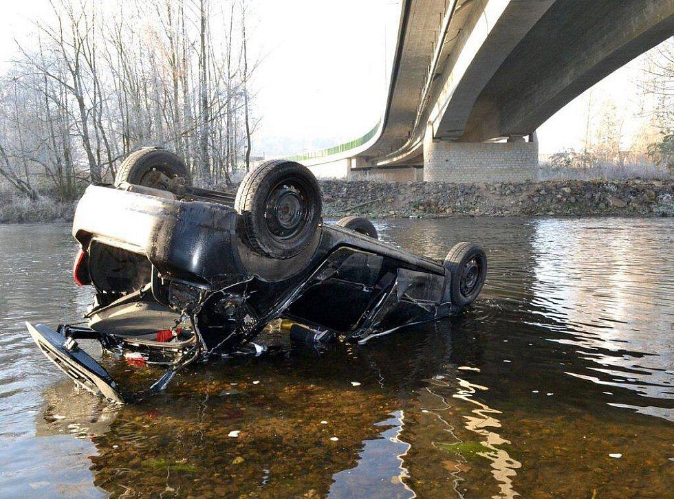 DOPRAVNÍ NEHODA, při které řidička spadla se svým autem z mostu do řeky Ohře. Stala se včera ráno a mladá žena vyvázla jen s odřeninami.