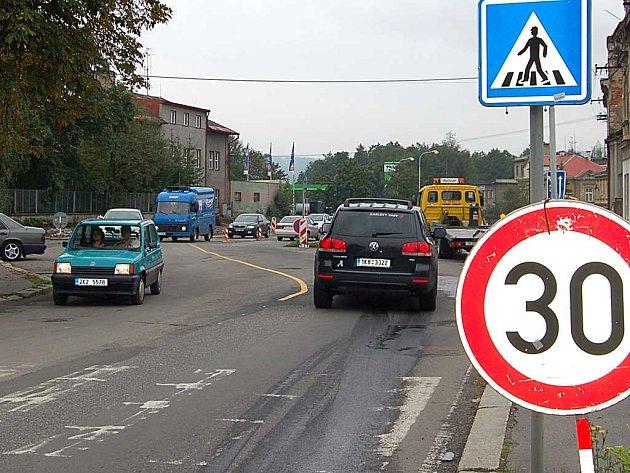 Zatím vypadají silnice v lázeňském městě opravdu jako hodně sešlý, záplatovaný kabát. Řidiči musí dávat dobrý pozor, aby si neutrhli kolo, nezničili tlumiče nebo neutrhli nápravu. Některé úseky jsou prakticky stavbou, jako například ´kruháč´ v Tuhnicích.