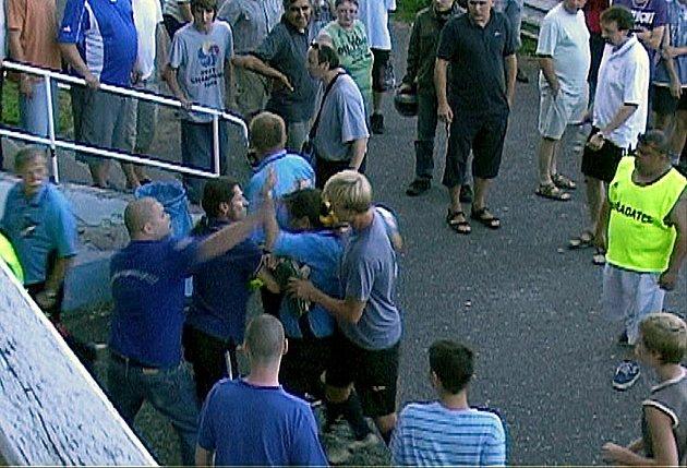 Brutální napadení rozhodčího Petra Hodače po utkání Unionu Cheb a Jiskry Hazlov zachytila kamera. Oba útočníci si nebrali servítky a sudího zápasu zasypali ranami, kopanci a pěstmi.