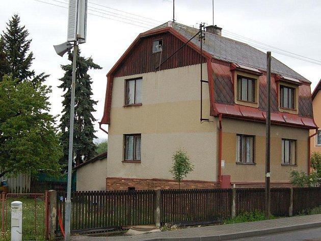 Zavražděný čtyřiašedesátiletý muž žil se svou ženou a svým vrahem pod jednou střechou v tomto domě u hlavní silnice.