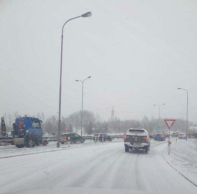 Kamiony uvízly na zasněžených silnicích vKarlovarském kraji
