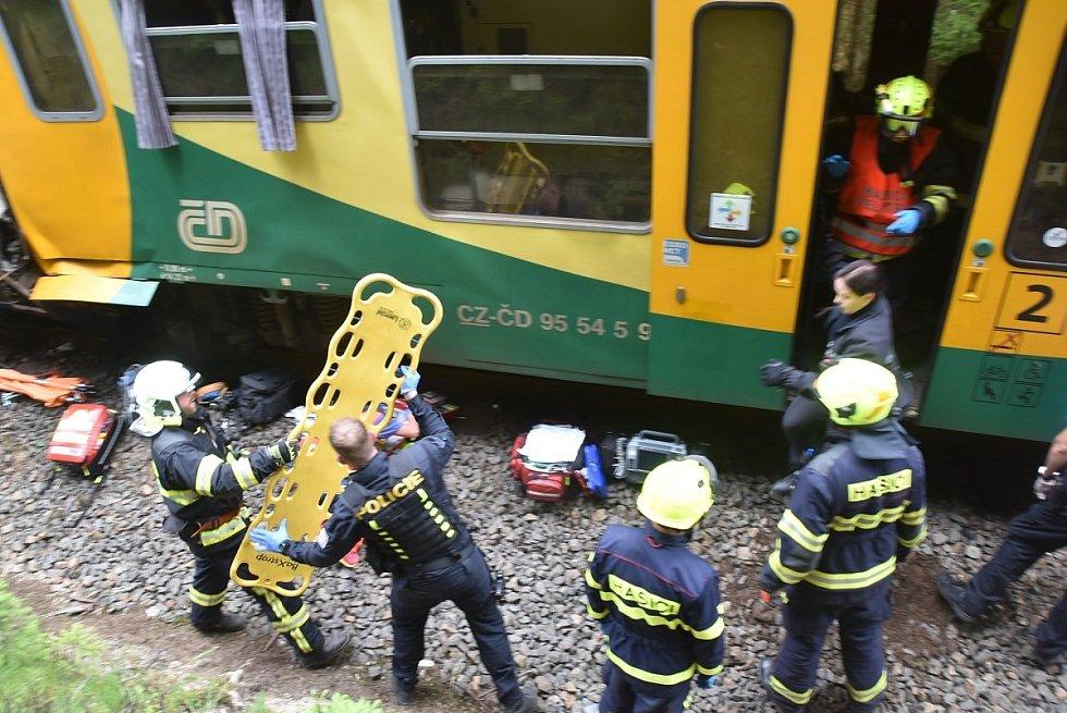 U Karlových Varů se čelně střetly dva vlaky. Na místě jsou oběti i desítky zraněných.